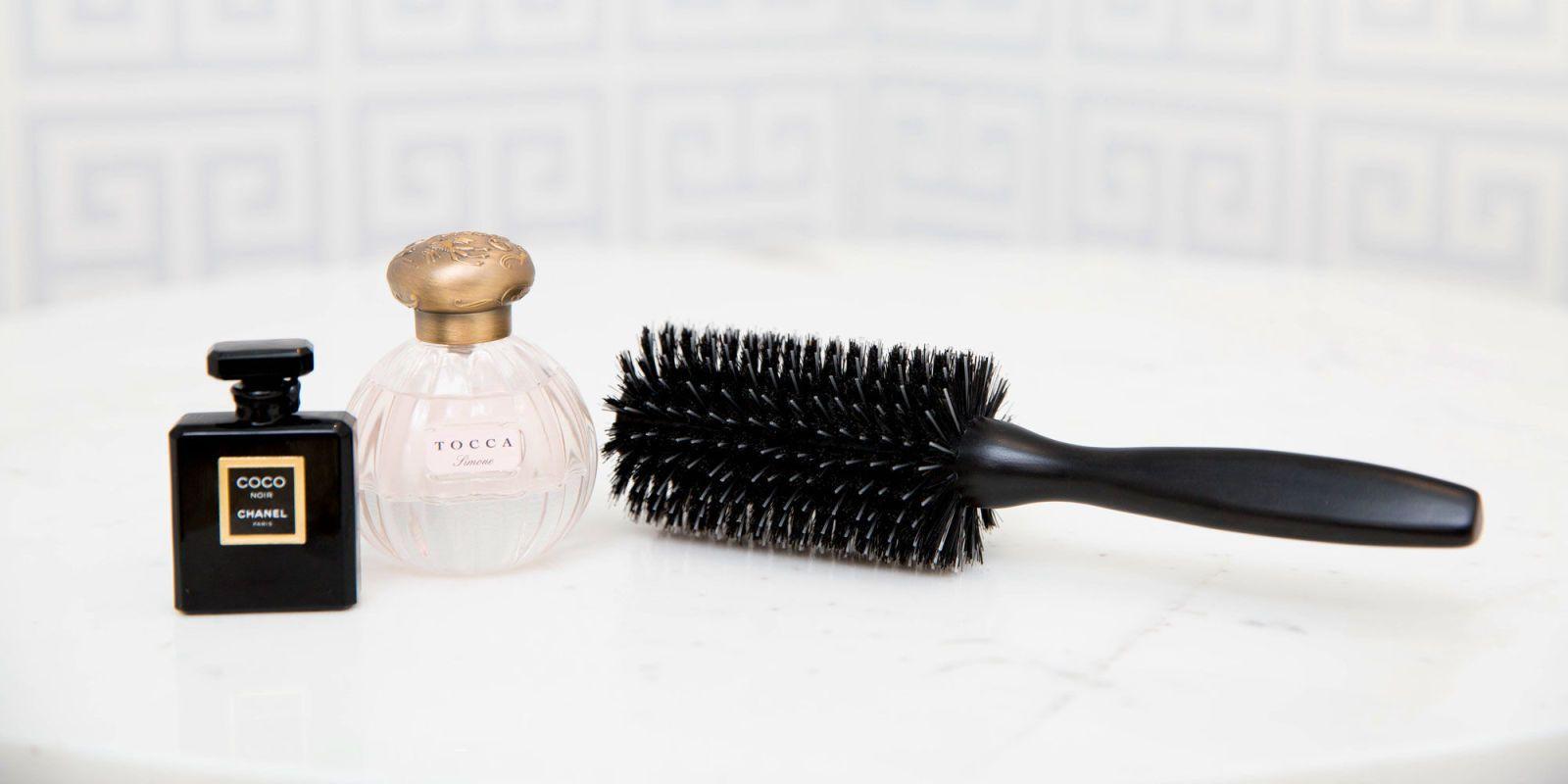 Parfum et brosse à cheveux