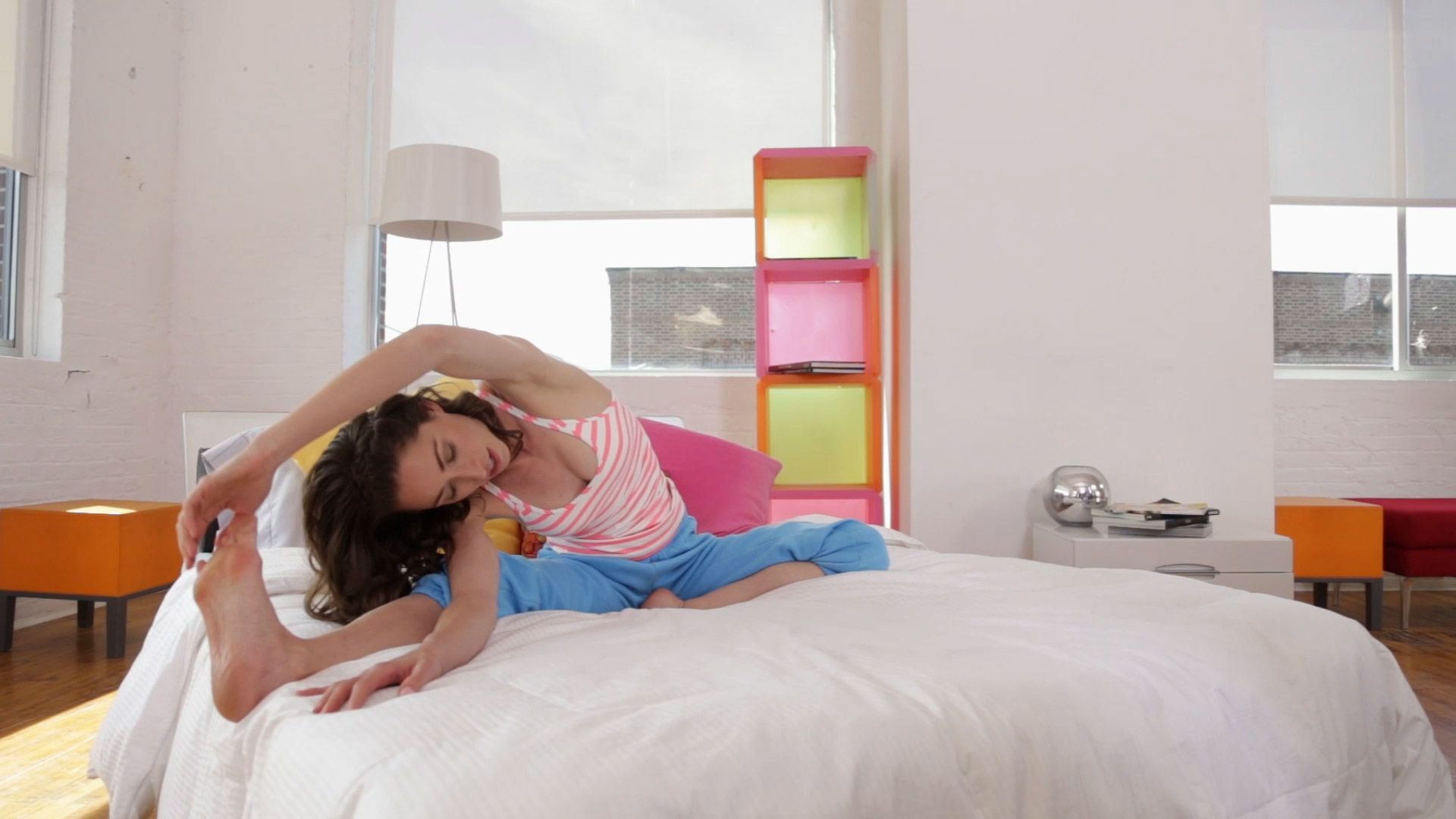6 Stretches Everyone Should Do Before Getting Out of Bed