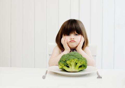 kid-eating-broccoli