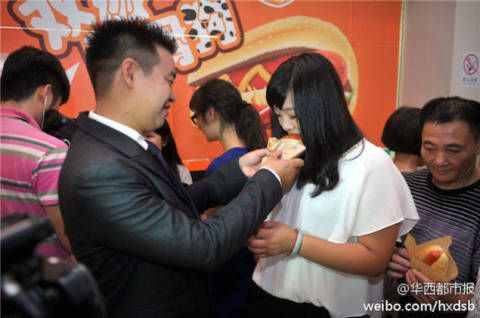 Man Proposes To Girlfriend With 1001 Hot Dogs