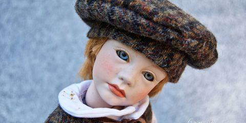 Lip, Cheek, Textile, Headgear, Organ, Winter, Costume accessory, Iris, Photography, Fur,