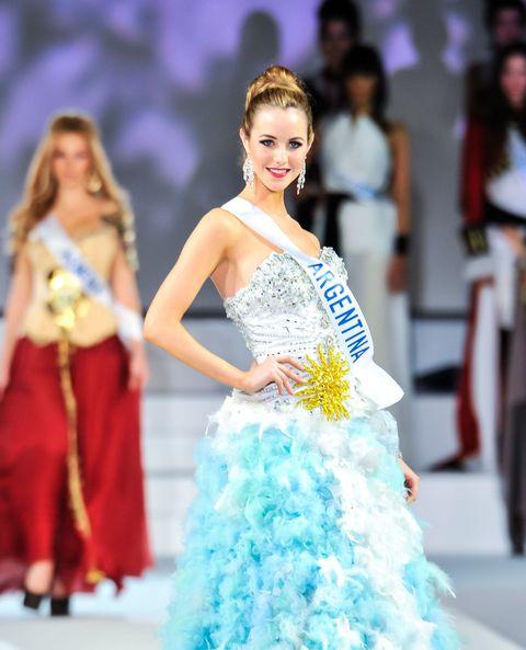 Hairstyle, Shoulder, Dress, Style, Fashion show, Gown, Formal wear, Fashion model, Waist, Fashion,