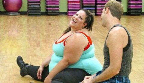 Shoulder, Joint, Sleeveless shirt, Human leg, Chest, Sitting, Knee, Thigh, Physical fitness, Swiss ball,