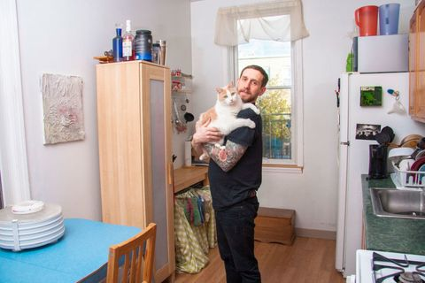 13 Photos of Dudely Men With Their Adorable Cats