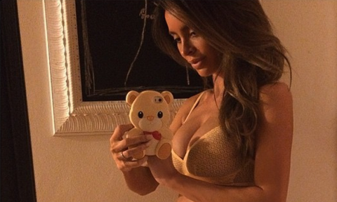 Pregnant Model With a 6-Pack Shares Yet Another Stunning Picture