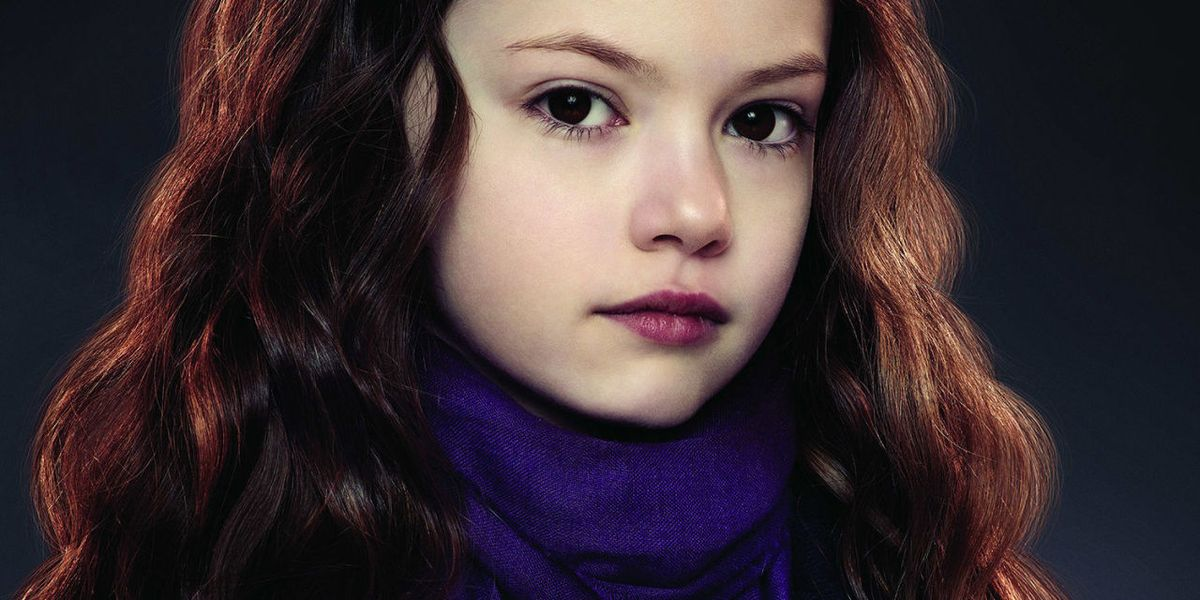 https://hips.hearstapps.com/cos.h-cdn.co/assets/15/22/1280x640/landscape-1432723885-the-twilight-saga-breaking-dawn-parte-ii-mackenzie-foy-foto-3.jpg?resize=1200:*