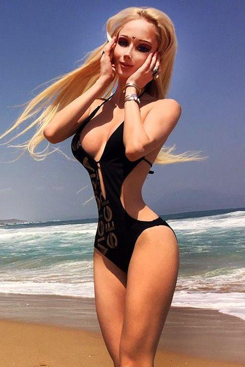Finger, Hairstyle, Human body, Shoulder, Coastal and oceanic landforms, Summer, Shore, Beauty, Ocean, Swimwear,