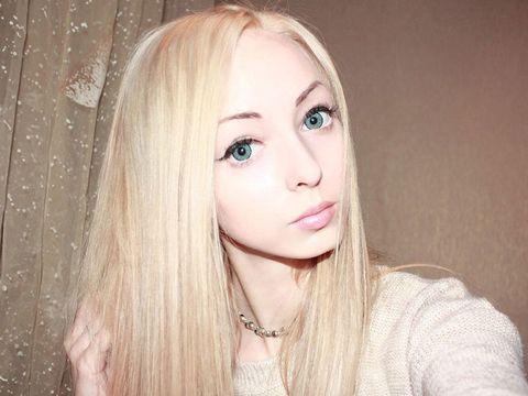 Lip, Cheek, Hairstyle, Skin, Eyebrow, Eyelash, Beauty, Iris, Sweater, Eye liner,