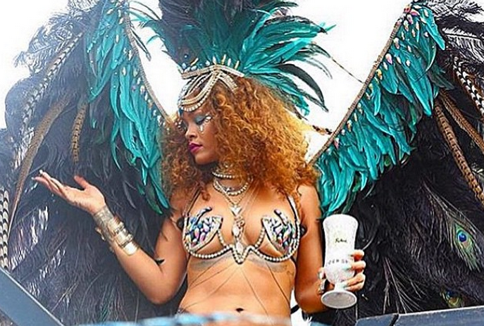 [FOTO] Penampakkan Aneh Pada Gambar Seksi Rihanna