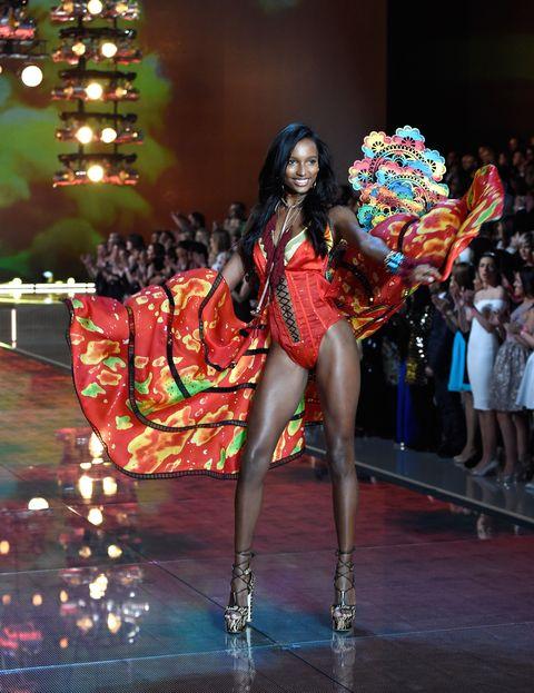 Leg, Event, Human leg, Entertainment, Performing arts, Dress, Dancer, Fashion, Thigh, Performance,