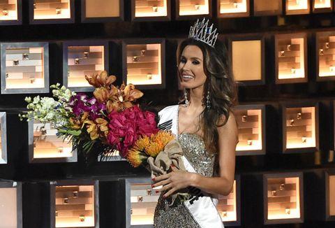 Bouquet, Dress, Headpiece, Hair accessory, Tiara, Beauty, Floristry, Flower Arranging, Cut flowers, Artificial flower,