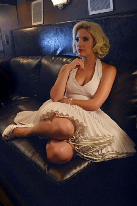 Shoulder, Human leg, Sitting, Comfort, Dress, Living room, Knee, Couch, Blond, Lamp,