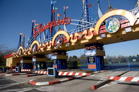 Road surface, Asphalt, Landmark, Tar, Concrete, Curb, Nonbuilding structure, Amusement park, Tourist attraction, Lane,