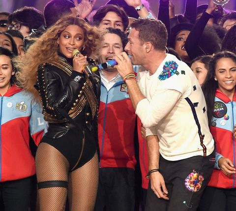 Face, Microphone, Celebrating, Fan, Public event, Thigh, Party, Tights, Audience, Song,