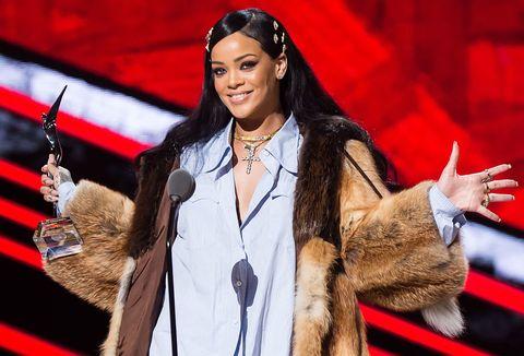 Sunglasses, Fashion accessory, Jewellery, Earrings, Lipstick, Fur, Street fashion, Necklace, Fashion model, Glove,