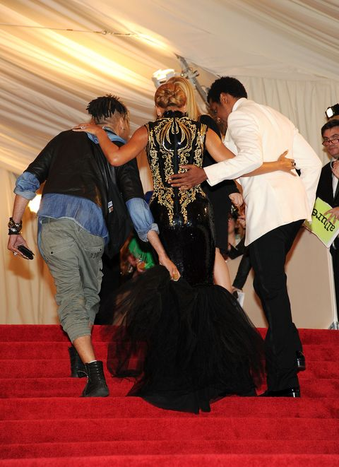 Red carpet, Carpet, Fashion, Flooring, Event, Fun, Costume, Performance, Dress, Ceremony,