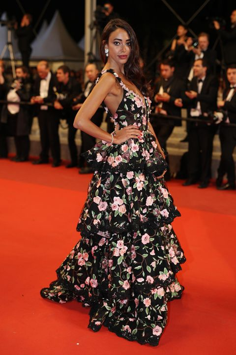 Flooring, Dress, Shoulder, Premiere, Carpet, Red, Coat, Formal wear, Style, One-piece garment,