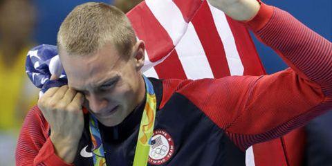 Ear, Flag of the united states, Wrist, Crew cut, Buzz cut, Sports jersey, Thumb, Caesar cut, Gesture, Flag,