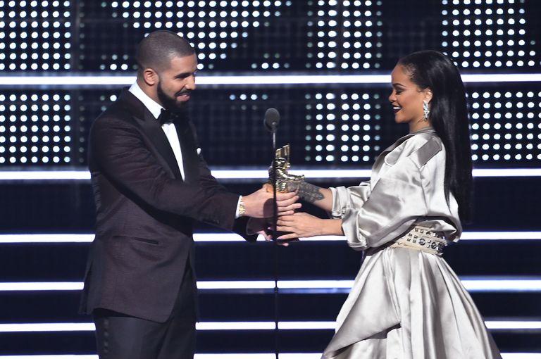Rihanna Wins 2016 Vma Vanguard Drake Presents Rihanna With Video