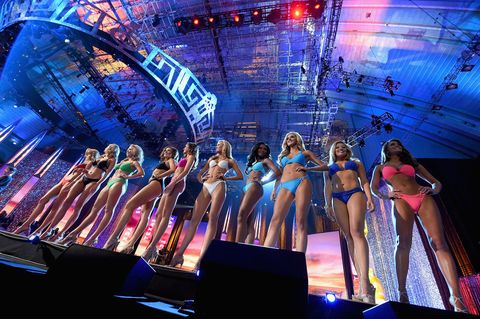 Event, Entertainment, Performing arts, Magenta, Music venue, Stage, Music artist, Performance, Fashion, Thigh,