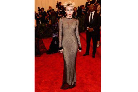 Dress, Outerwear, Coat, Flooring, Suit, Formal wear, Carpet, Floor, Fashion, Haute couture,
