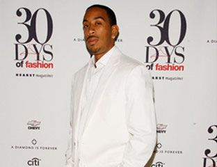Ludacris arrives with open arms at the 2007 MTV VMA's.
