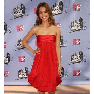 Jessica Alba strikes a pose at the MTV Movie Awards on the pink carpet.