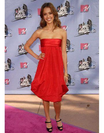 Jessica Alba strikes a pose at the MTV Movie Awards on the pink carpet.