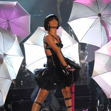 "Rihanna performs ""Umbrella"" for the fans."