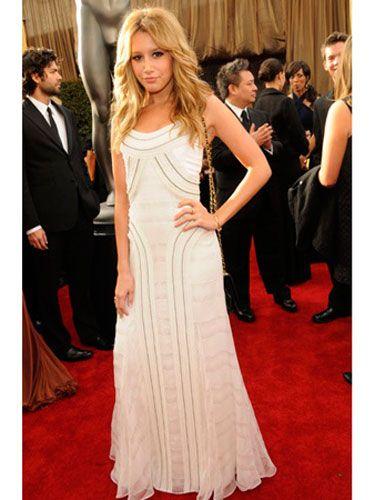 Clothing, Event, Flooring, Trousers, Coat, Dress, Outerwear, Suit, Carpet, Formal wear,