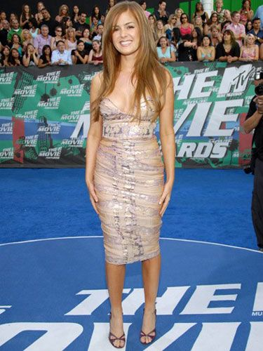 For the '06 MTV Movie Awards, Isla turned on her sex appeal in a tight, strapless dress and flowing hair.