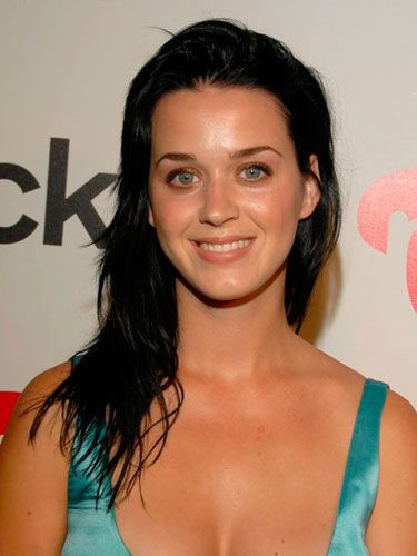 Before she nailed her signature style, a fresh-faced Katy hit up a party with long, natural hair and gold eyeshadow.