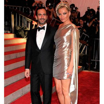 Dressed in an unique metallic dress, Kate is the muse of her date, Marc Jacobs.