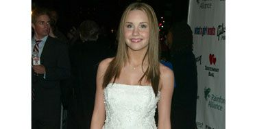 In a white lace strapless dress, Amanda looks more like a bride than a movie star at the premiere of <em>What a Girl Wants.</em> Good thing she grew out of her wedding-dress craze.