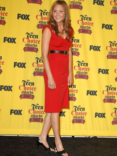 Amanda showed off her sultry side at the Teen Choice Awards. She sizzles in a red-hot dress, complemented by a high-waisted black belt and matching peep-toe pumps.