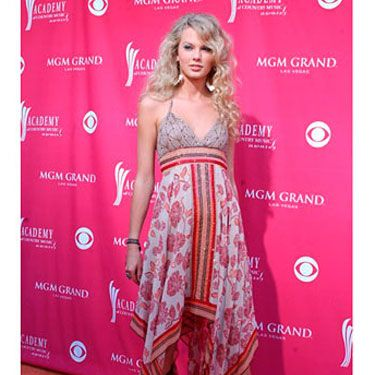 Taylor adds a pair of cowboy boots to make her go-to outfit even more rockin.'