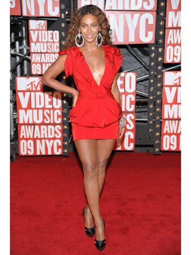 Beyoncé looked smokin' hot in a red Roberto Cavalli minidress and major bling from Lorraine Schwartz. And she won best video of the year.