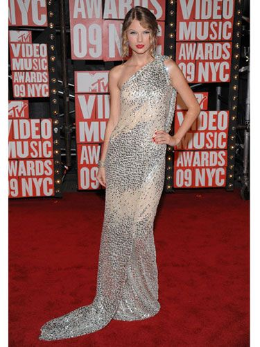 The country singer (and VMA winner for best female video) wore a one-shoulder draped silver sequin gown by Kaufman Franco.