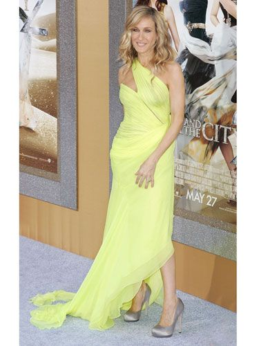 The fashionista rocked a gorgeous neon yellow Valentino gown with relaxed waves and silver pumps — a superstar look fit for the superstar of the evening.