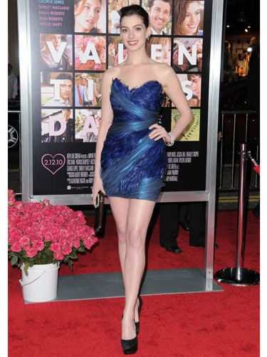 In her vibrant blue-feathered Marchesa mini, Anne showed off her sexy shoulders and legs. Topher Grace must be thanking the movie gods for getting to film half-naked scenes with this brunette bombshell.