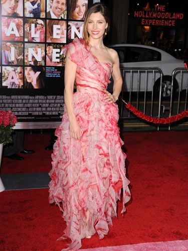 Jessica looked gorgeous in her pink ruffled one-shoulder gown. And she must be one hell of an actress, because we just don't buy that she would ever be alone on Valentine's like her character in the film.