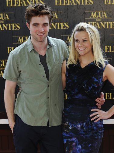 At the premiere in Barcelona, RPatz went for a super laid-back look. While Reese's shift dress is definitely interesting, it's her cute hairstyle that makes her seem as chill as him.