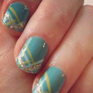 Zooey Deschanel shared her glittery tips on Twitter recently. We love the hot-now teal polish she picked, topped with multi-tonal, laser-like stripes and bit of shimmer. Her nails are so pretty and cute, just like her!