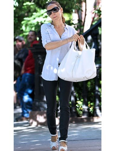 Sarah Jessica Parker's big white bag is the ideal summer carryall—and it goes with just about everything.