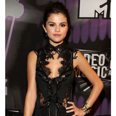 We know what millions of tweeting Beliebers won't admit: That Selena pulled off a head-turning, but still classy neckline at the VMAs.