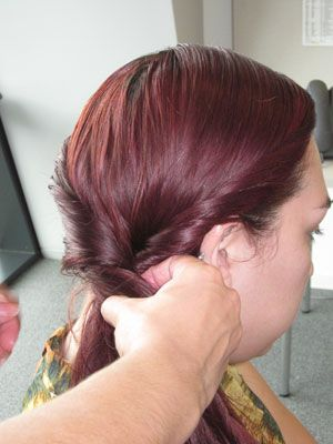 Repeat the same process on the other side until the two pieces of hair meet, as shown in the picture.