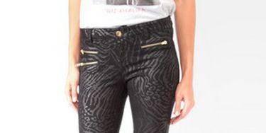 Leg, Denim, Textile, Joint, Human leg, Waist, Pocket, Fashion, Black, Thigh,