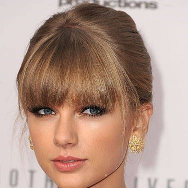 """Our Swiftian girlcrush is shameless and knows no bounds, but really – how <i>elegant</i> does she look? With her delicately smoky eyes and rose-stained lips, her AMA moment takes """"less is more"""" to luxe new levels."""