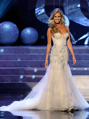 <p>Renae Ayris looked like she walking down the aisle in this gown. Definitely one of the more glamorous looks!</p>