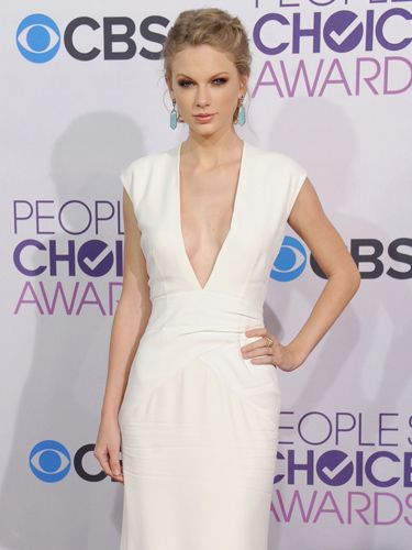 """Post <a href=""""http://www.cosmopolitan.com/celebrity/news/taylor-swift-harry-styles-breakup"""" target=""""_blank"""">break up</a>, Tay stepped out in a busty number to the <a href=""""http://www.cosmopolitan.com/celebrity/fashion/best-dressed-peoples-choice-awards"""" target=""""_blank"""">People's Choice Awards</a>. Hello, cleavage."""
